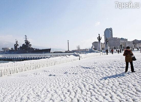 «На съемках в Новороссийске мы попали вчрезвычайную ситуацию. Мороз –20 градусов, с гор дует сильный ветер. Корабли на набережной под лед уходили, отяжелевшие от наледи»