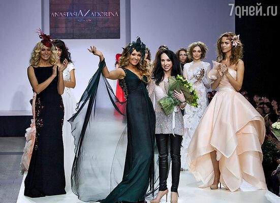 Анжелика Агурбаш и дизайнер Анастасия Задорина (в центре)