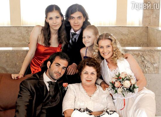 Молодожены с мамой актрисы Галиной Алексеевной, дочкой Ульяной, сыном Никитой и его девушкой Аленой