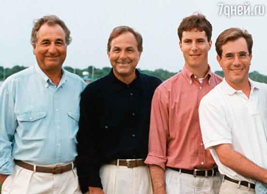 Мэдоффы всегда считались образцовой семьей. Бернард, его брат Питер, сыновья Эндрю и Марк, 1995 г.