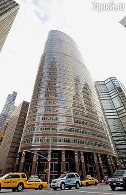 В огромном кабинете Мэдоффа на 17-м этаже небоскреба в Ист-Сайде, прозванного «губной помадой», все было устроено так, чтобы очаровать vip-клиентов