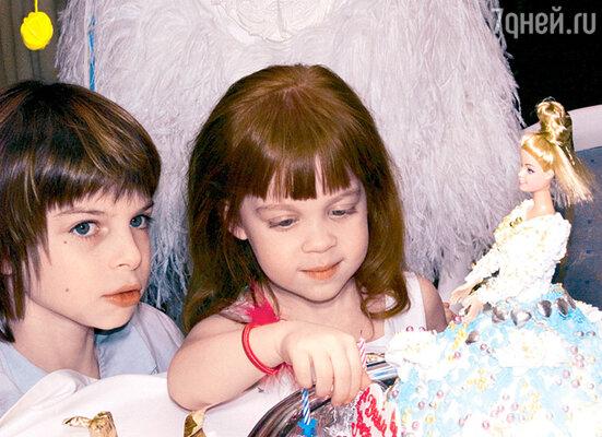 Именинница и ее старший брат Филипп были в восторге от торта в виде куклы Барби