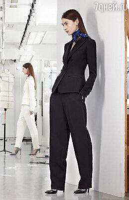 Победно шествуют с мировых подиумов в наши гардеробы брючные костюмы, стилизованные под мужские