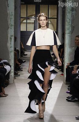 Мне показалось необычным возникновение на подиумах всевозможных воланов: роскошные юбки у Balenciaga, платья у Gucci, нежные у Chloe и немного жесткие у Acne. Всех не перечислишь!