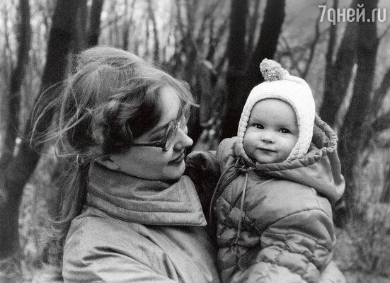«Я себя помню с восьми месяцев, хотя мама удивляется и говорит, что это невозможно. Помню, как в яслях со мной произошла стыдная история — я украла плюшевого зайца»