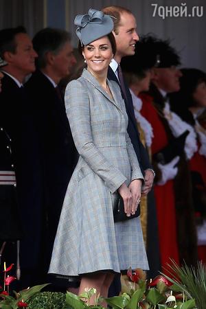 Кейт Миддлтон в платье-пальто от Alexander McQueen и шляпке от Jane Taylor