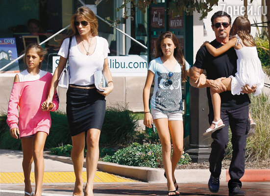 Слай с женой Дженнифер Флэвин и дочерьми Систин, Софи и Скарлет