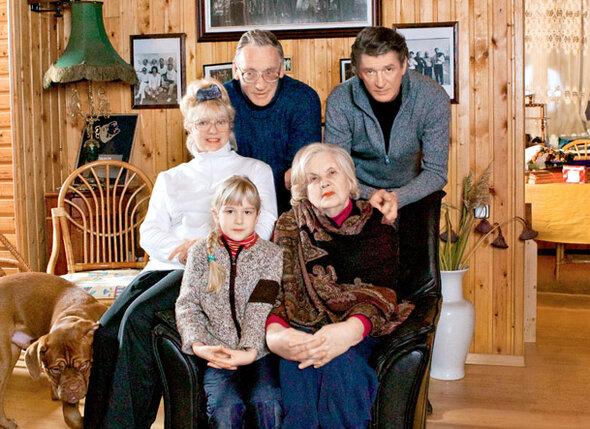 Александр Гаврилович Абдулов с мамой Людмилой Александровной, братом Робертом Васильевичем, его женой Альбиной Дмитриевной и их внучкой Олей. 2004 г.