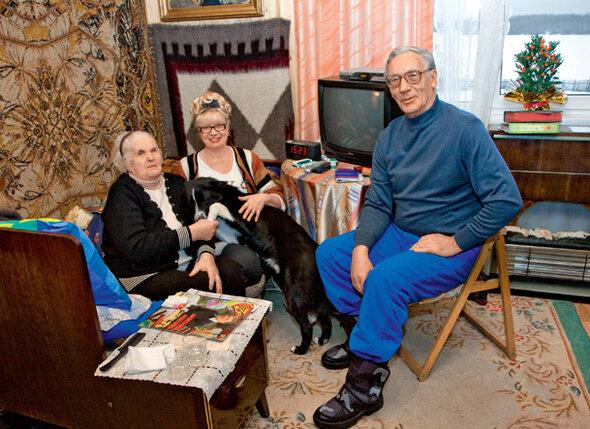 «На мое 90-летие Аля и Робик все по-Сашиному постарались сделать — так трогательно меня поздравили. И соседи приходили, и ивановские знакомые, и родственники. А вот из друзей Саши никто не позвонил и не приехал. А я все ждала. И вспоминала, как шикарно они меня чествовали, когда Саша был жив...»