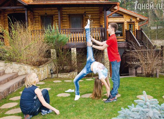 Пока взрослые готовили яства, дочь Ольги Татьяна демонстрировала приятелям Ивану Харатьяну (слева) и Александру свои балетные навыки