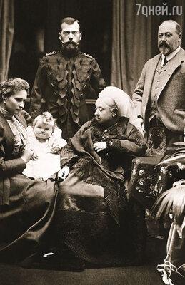 Королева Виктория с сыном, будущим королем Эдуардом VII, русским императором Николаем II, его женой Александрой и их дочерью Ольгой, 1896 г.