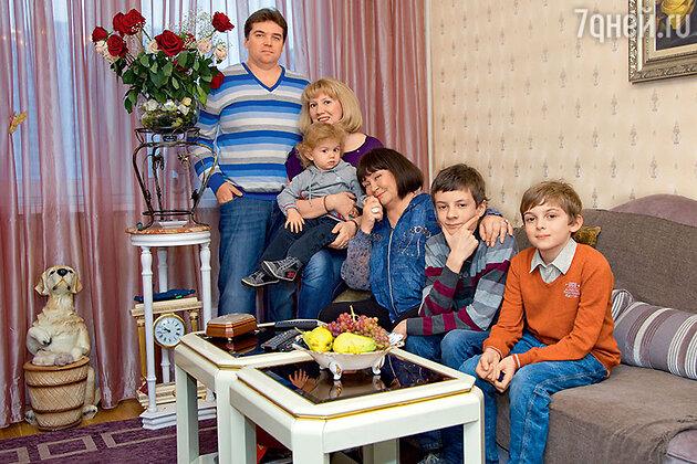 Лариса Лужина с сыном Павлом, невесткой Марией  и внуками Прохором, Даниилом и Матвеем