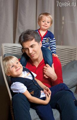 Дети — моя радость, самое дорогое, что есть в жизни. Они появились у меня после сорока, когда уже не рассчитывал, что заведу семью
