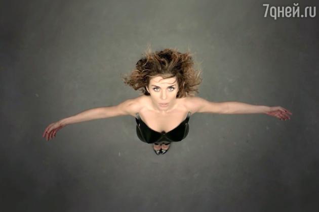 В видеоролике певица решила сделать ставку не на сюжетную линию, а на яркие и запоминающиеся кадры