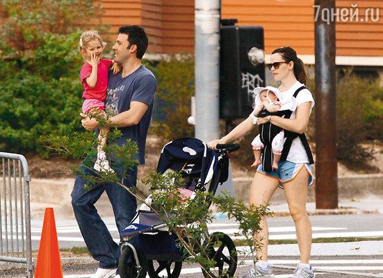 На прогулке в Санта-Монике с женой Дженнифер и дочерьми Вайолет Энн и Серафиной Роуз Элизабет. Апрель 2009 г.