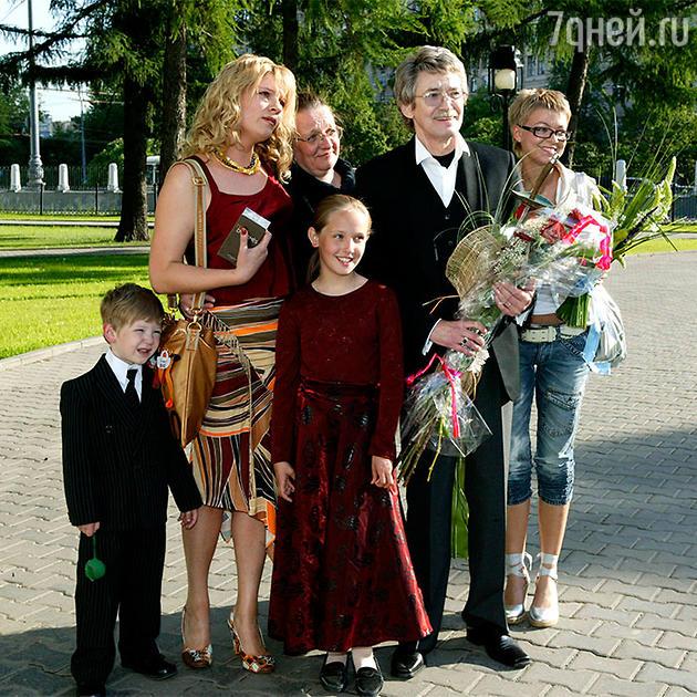 Анна Ардова с детьми Антоном и Соней, сестрой Ниной, отчимом Игорем Старыгиным и сводной сестрой Анастасией