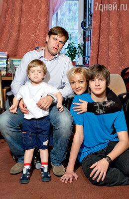 С Владиславом Радимовым, их общим сыном Никитой истаршим сыном Александром (от первого брака с Николаем Тагриным)