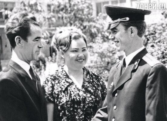 Родители мои были люди занятые, строгие. Отец работал начальником милиции, мама — бухгалтером. В. Магдьяш с родителями