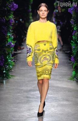 Дизайнеры все как один сконцентрировались на темных и очень темных цветах. Ярких пятен — единицы, зато все — «вырви глаз». «Givenchy»