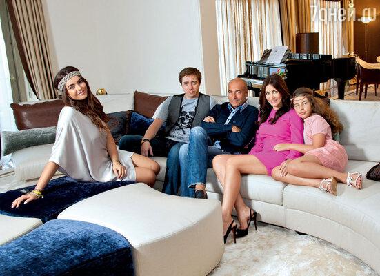 Редкий снимок: вся семья Крутых всборе — Игорь и Ольга с дочерьми Викой, Сашей и сыном Николаем
