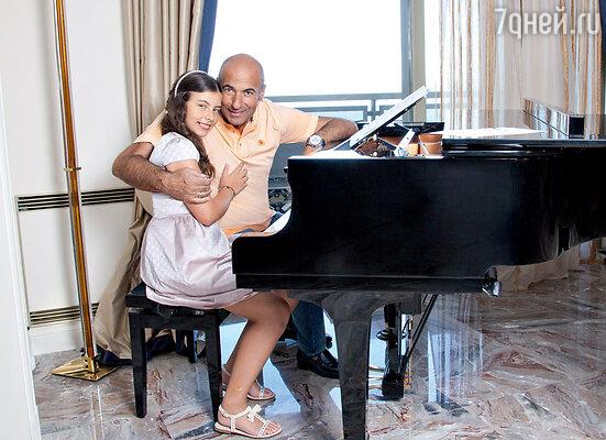 «Иногда мне кажется, чтодругие члены семьи даже немного ревнуют Сашку ко мне, потому что знают: папа для нее — все»