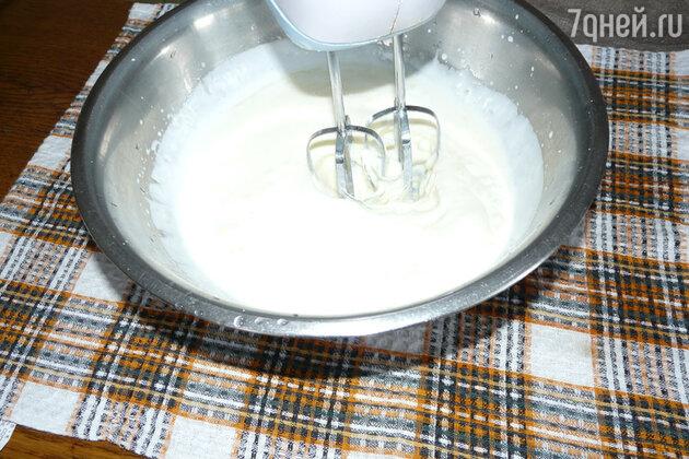 Берём кефир, яйца, соль, сахар  и всё это размешиваем миксером