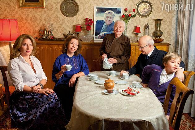 Надежда Каратаева с внучкой  Марией, дочерью  Еленой, зятем Юрием и правнуком Игалем