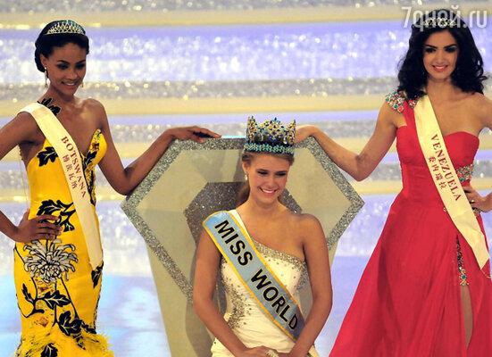 «Мисс Мира 2010» стала 18-летняя американка Александриа Миллс. Первой вице-мисс стала жительница Ботсваны Эмма Вареус (слева), второй вице-мисс –  участница из Венесуэлы Адриана Васини (справа)