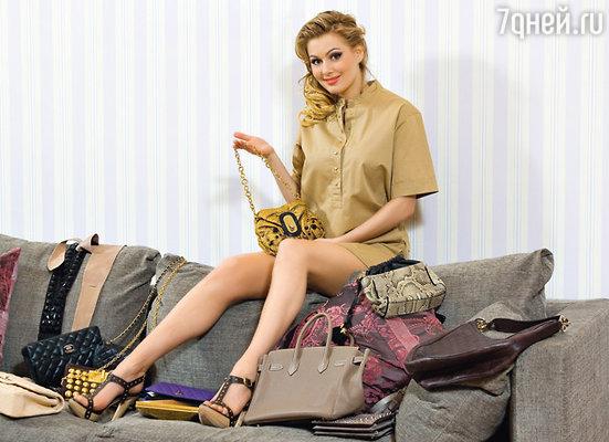 Мария — большая ценительница компактных сумочек и высоких каблуков