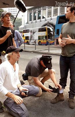Режиссер (слева внизу) с Марком Уолбергом и ассистентами. Бэй известен своим режиссерским фанатизмом инепритязательностью. Гонконг, 2013 г.