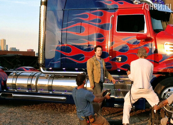 Режиссер снимает крупный план Марка Уолберга рядом сОптимусом Праймом. Чикаго, ноябрь 2013 г.