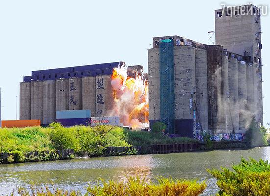 Сцена взрыва на берегу озера Мичиган. Китайские иероглифы нарисованы настенах заброшенного завода потому, что в Чикаго снимают эпизод, который посюжету фильма происходит в Гонконге