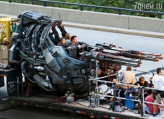 Кейд (Марк Уолберг), его дочь Тесса (Никола Пельтц) и Шейн (Джек Рейнор) сражаются с врагами в чудо-машине с множеством орудий-трансформеров. Чикаго, ноябрь 2013 г.