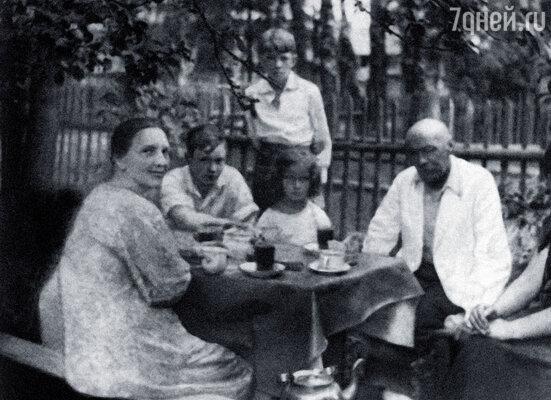 На даче в Сиверской.  Сидят: моя мама Евгения Давыдовна, брат Володя,  я и художник Кузьма  Петров-Водкин