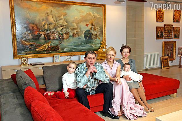 Григорий Лепс с женой, дочерьми и тещей