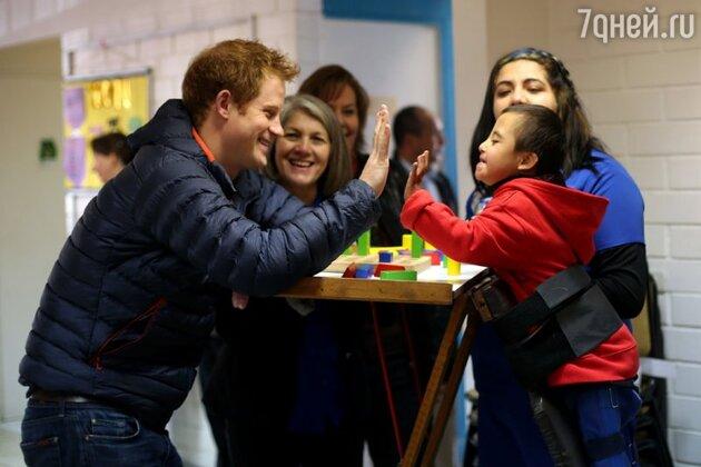 Принц Гарри в детском центре Fundacion Amigos de Jesus в городе Сантьяго