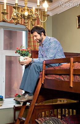 «Мужчина и создан для того, чтобы помогать жене: выносить помойное ведро, мыть посуду, пылесосить под диваном, заклеивать окна на зиму, ухаживать за комнатными растениями...» На Иване сорочка Van Laak, брюки Alexander McQueen, ботинки Sergio Rossi