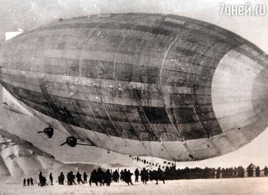 Проводы экспедиции к Северному полюсу. Глядя на дирижабль The Norge, любой мальчишка из Тромсе понимал: герой собирается отправиться в очередное путешествие — опасное, захватывающее, 1926 г.