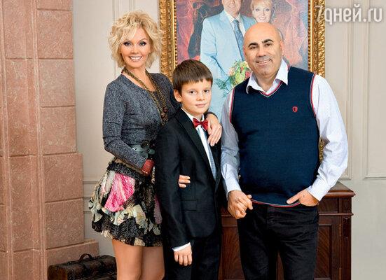Валерия с мужем Иосифом Пригожиным и сыном Арсением.На Валерии пуловер, юбка, пояс - DIANE VON FURSTENBERG, бусы LANVIN, браслеты - SOUL FETISH