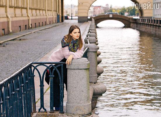 «Люблю пройтись маршрутами детства — это помогает обрести душевную гармонию. Люблю воду. АПетербург — он же весь на воде» На Лизе Боярской пальто и джемпер Sonia Rykiel, шаль Hermes