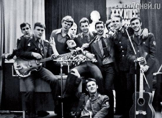 Во время службы в армии я написал музыку, которая впоследствии стала самым исполняемым хитом группы «Машина времени». (На фото: ансамбль воинской части. Петр в центре в клетчатой рубашке)