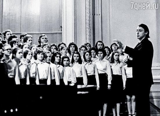 После окончания училища при Московской консерватории я много где поработал. Петр дирижирует детским хором