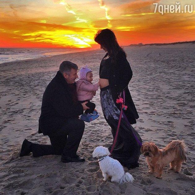 Алек Болдуин и Хилария Томас с дочерью
