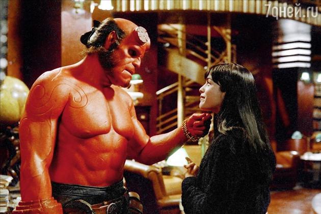 Героиня Сэльмы Блэр Лиз Шэрман в первом «Хеллбое» ещё пыталась построить нормальные отношения с обычным парнем, но разве можно устоять перед таким крутым, пусть и не очень симпатичным мужчиной, как Хэллбой