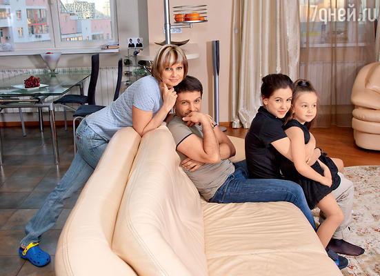Леонид Барац: «У меня были четкие установки: любишь девушку — женись».С женой Аней и дочерьми Лизой и Евой