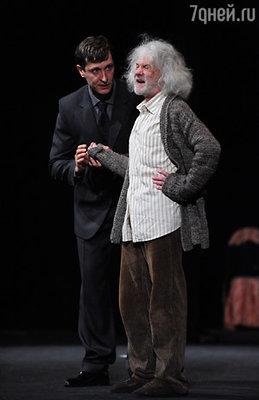 Александр Леньков играет в этом спектакле бедного музыканта, отца главной героини, попавшего под пресс власти. (Олег Масленников-Войтов и Александр Леньков)