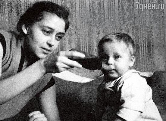 «Мама для меня пример. Красавица вмолодости, она и в 60 выглядела отлично».Женя с мамой Галиной Витальевной. 1966 г.