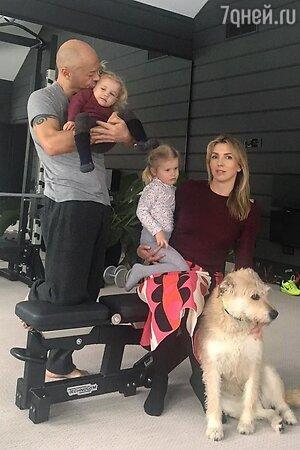 Светлана и Федор Бондарчук с внучками Маргаритой и Верой