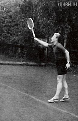 «В ранней молодости Андрей был полноватым юношей, с чем постепенно справился, потому что играл в теннис понесколько часов в день». 1962 г.