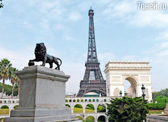 Эйфелева башня в парке соседствует с другой важной парижской достопримечательностью — Триумфальной аркой
